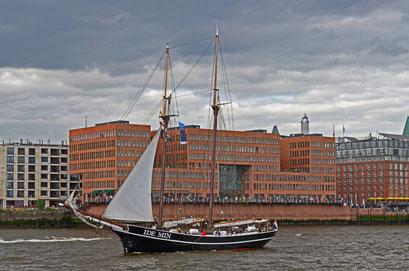 IDE MIN (Zweimast-Gaffelschoner/NL) beim 823.Hamburger Hafengeburtstag 2012