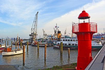 Der neue Leuchtturm im Museumshafen Övelgönne im Oktober 2015