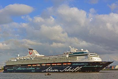 Mein Schiff 1 zur Auslaufparade beim beim 824.Hamburger Hafengeburtstag 2013