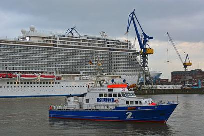 Polizeiboot BÜRGERMEISTER WEICHMANN sichert den Hafen beim Eindocken der NORWEGIAN ESCAPE am 13.10.2015