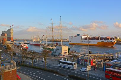 GRANDE ARGENTINA von GRIMALDI LINES passiert die St. Pauli Landungsbrücken