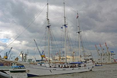 Minerva (Dreimast-Gaffelschoner/NL) beim 824.Hamburger Hafengeburtstag 2013