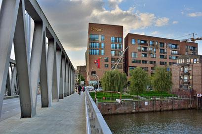 Im Magdeburger Hafen mit Blick auf das 25hours Hotel