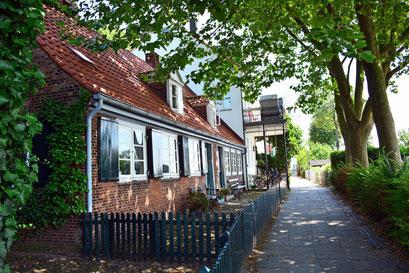 Alte Lotsenhäuser am Elbstrand/Elbhang Övelgönne