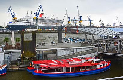 Queen Mary 2 im DOCK ELBE 17