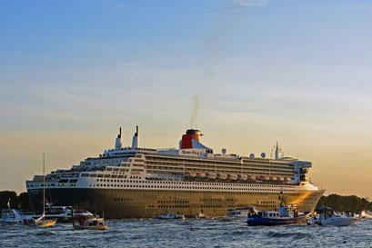 Queen Mary 2 läuft im Hamburger Hafen aus am 24.08.2013