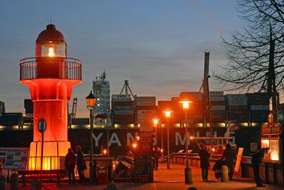 """Leuchtfeuer Pagensand Süd 53°39'48,94"""" / 9°31'34,87"""" in der Abenddämmerung im Museumshafen Övelgönne im Dezember 2015"""