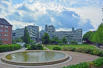 Springbrunnen unterhalb des Michels mit Blick auf GRUNER+JAHR Verlagsgebäude