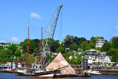 Museumshafen Övelgönne mit der UNDINE im Mai 2014