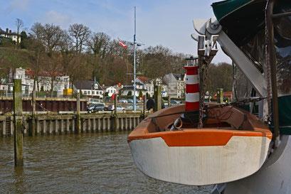 Leuchtturm im Beiboot der BERGEDORF im Museumshafen Hamburg/Övelgönne
