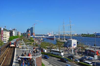Hafenrandbereich am Baumwall, Blick von Stintfang zur RICKMER RICKMERS u. CAP SAN DIEGO