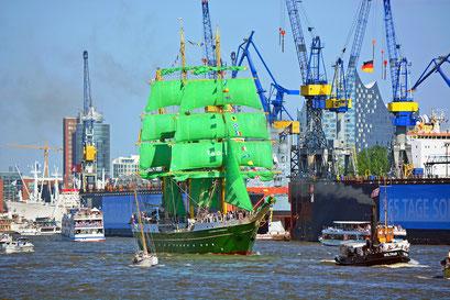 ALEXANDER VON HUMBOLDT II zur Auslaufparade beim 827.Hamburger Hafengeburtstag 2016