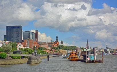 Blick vom Anleger Fischmarkt in Richtung Michel u. Landungsbrücken