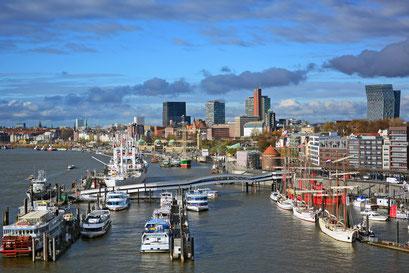 Blick auf den Hamburger Hafen von der Elbphilarmonie aus