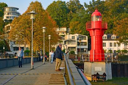 Im Herbst im Museumshafen Övelgönne mit Leuchtfeuer PAGENSAND SÜD