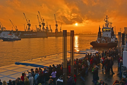 Hafen zum Sonnenuntergang während des Ausdockens der QUANTUM OF THE SEAS am 25.10.204