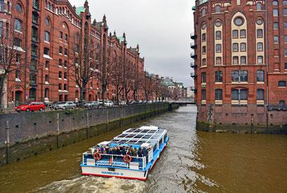 Barkasse auf Fleetfahrt durch die HafenCity