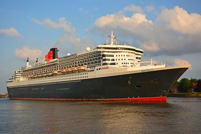 Queen Mary 2 vor dem Eindocken in DOCK ELBE 17 am 27.05.2016