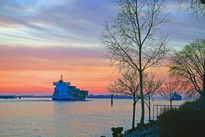Auslaufende Containerschiffe im Winter