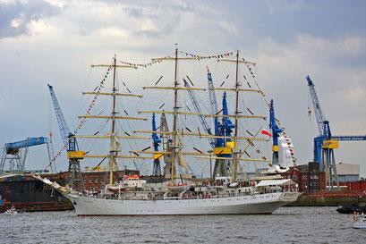 DAR MLODZIEZY zur Einlaufparade beim 826.Hamburger Hafengeburtstag am 08.05.2015