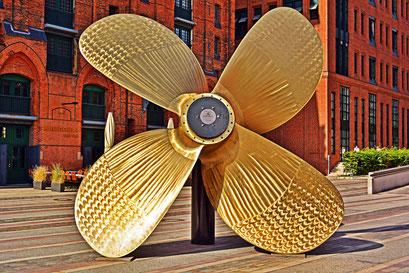 Großer Schiffspropeller vor dem Internationalen Maritimen Museum Hamburg
