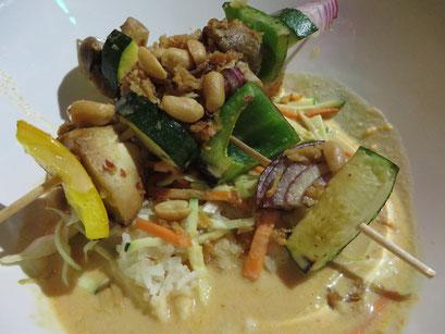 Veggie Satée Indochine (gegrillte Gemüsespieße mit Erdnuss-Sauce auf Duftreis, Gemüsejulienne, rotem Thai-Curry und Limonen-Kokossud, darauf gemörserte Erdnüsse und Röstzwiebeln)