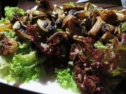 Salade Forêstière (bunte Blattsalate mit Kirschtomaten und gebratenen Champignons)