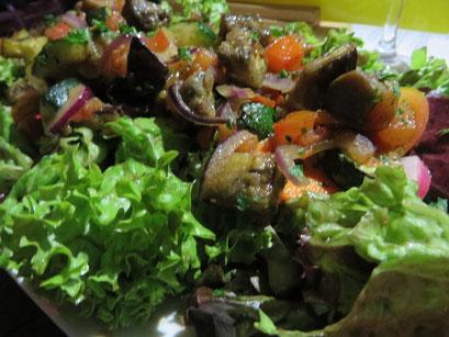 Gartensalat (bunte Blattsalate mit Grillgemüse und gebratenen Champignons)