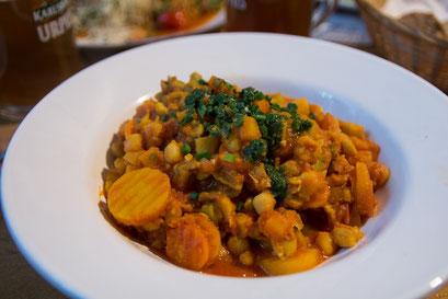 das Kichererbsen-Gemüsecurry (hier vegan),