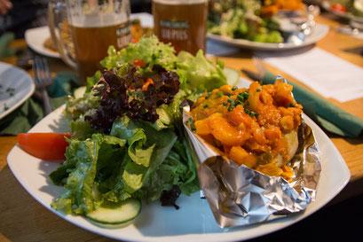 und den bunten Blattsalat mit Ofenkartoffel (jaaa, hier vegan gefüllt mit dem Kichererbsen-Gemüsecurry), aber das Kichererbsen-Gemüsecurry war nun mal einfach der Favorit unserer kleinen, gemütlichen Runde.