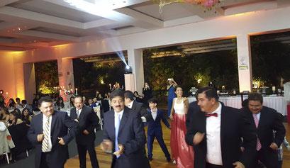 Dinámica de baile en XV Años de Jimena.