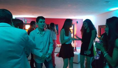 divirtiéndose en una fiesta con Karaoke Luz y Sonido