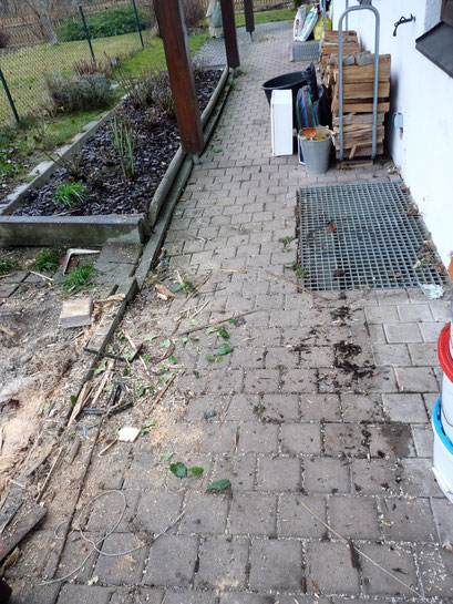 Die alte Pflasterfläche ist an viele Stellen abgesunken