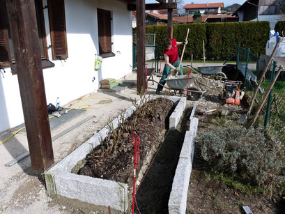 Die neuen Granit Kantensteine werden gesetzt