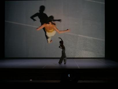 Oscillation - by Iván Pérez; dancers: Orla McCarthy; photo: Peer Rudolph