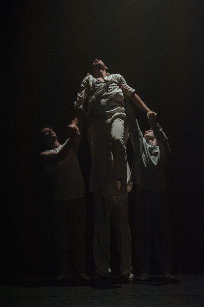 "Special Moment - by Xin Xie for ""Shortcuts"", Hessisches Staatsballett; dancers: Daniel Alwell, Denislav Kanev, Daniel Myers, Taulant Shehu; photo: Varvara Kandaurova"