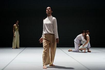 Oscillation - by Iván Pérez; dancers: Inés Belda Nácher, Orla McCarthy, Arno Brys, Andrea Muelas Blanco; photo: Alwin Poiana