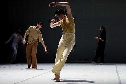 Oscillation - by Iván Pérez; dancers: Orla McCarthy, Gabin Corredor, Arno Brys, Marc Galvez; photo: Alwin Poiana