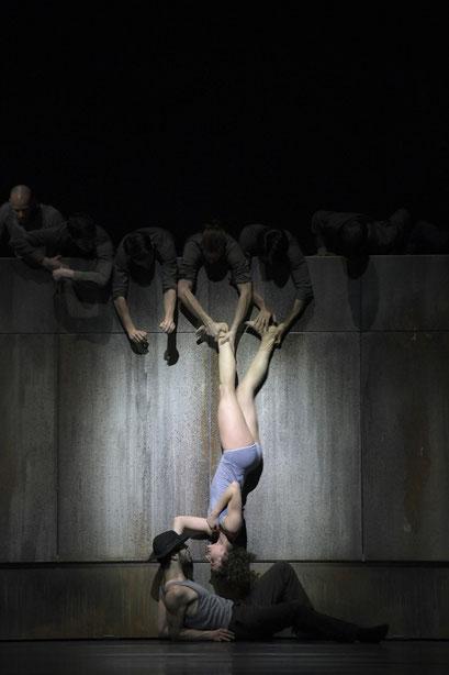 Now and Then - by Alejandro Cerrudo; Hessisches Staatsballett; dancers: Martin Angiuli, Greta Dato, Ensemble photo: Bettina Stöß