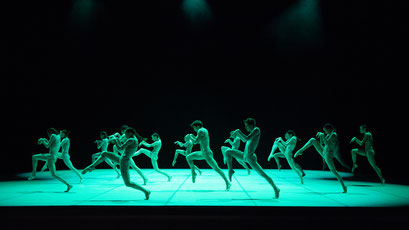 Messenger - by Louis Stiens; dancers: Ensemble; photo: Stuttgarter Ballett