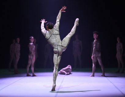 Messenger - by Louis Stiens; dancers: Jason Reilly, Ensemble; photo: Stuttgarter Ballett