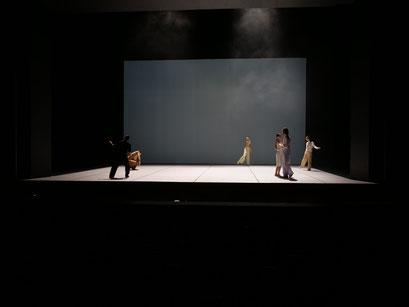 Oscillation - by Iván Pérez; dancers: Ensemble; photo: Peer Rudolph