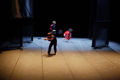 Tansu - by Yoko Ando; dancers: Yoko Ando, Amancio Gonzales; photo: Tanja Ruehl
