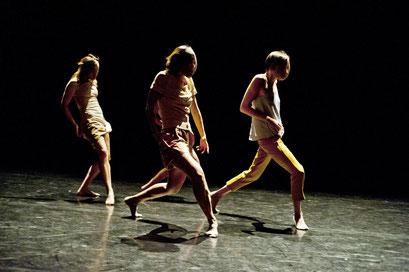 Provisional Landscapes - by Avatâra Ayuso; Lilian Baylis Studio, Sadler's Wells Theatre, London; dancers: Estela Merlos, Alejandra Baño, Avatâra Ayuso, Mar Valverde, Sun Bee Han; photo: Pau Ros