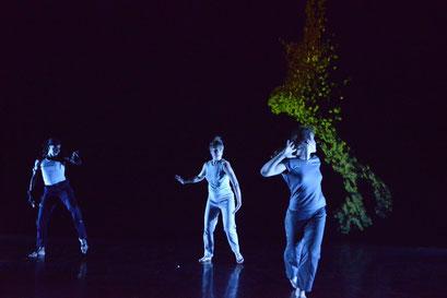AI_am here - by Valencia James; Trafó House Budapest, dancers: Valencia James, Nea Landin, Boglárka Laktos-Varga; photo: Attila Glazer