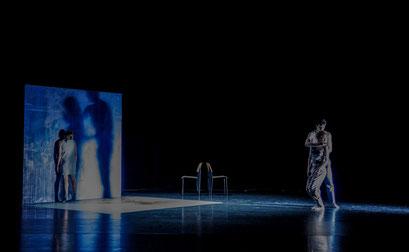 The Elephant has left. This Room. - by Ashley Wright; Théâtre Bellevue, Cuire (Lyon); dancers: Kristina Bentz, Aurélie Gaillard, Caelyn Jean Knight, Adrien Delépine; photo: Christel Mauve