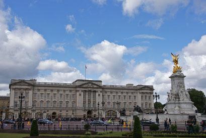 Buckingham Palace mit dem Queen Victoria-Denkmal