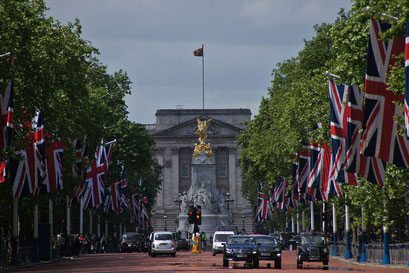 the Mall mit Buckingham Palace und Queen Victoria-Denkmal