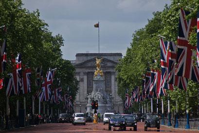 the Mall mit Buckingham Palace und Queen Victoria-Denkmal