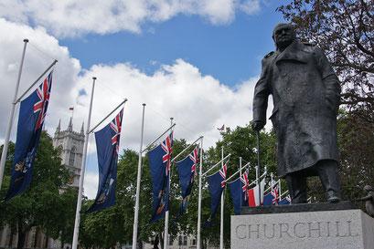 Park beim House of Parliament mit dem Denkmal von Winston Churchill